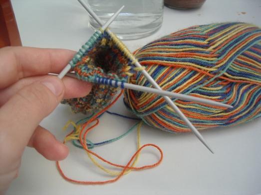 צמר ומסרגות יוצרים גרביים